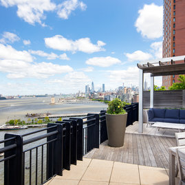 Located on the 19th floor, this lushly landscaped sun terrace complete with lounge chairs, tables and BBQ grills provides the perfect setting to relax, refresh and recharge while enjoying amazing views of the river and the city.